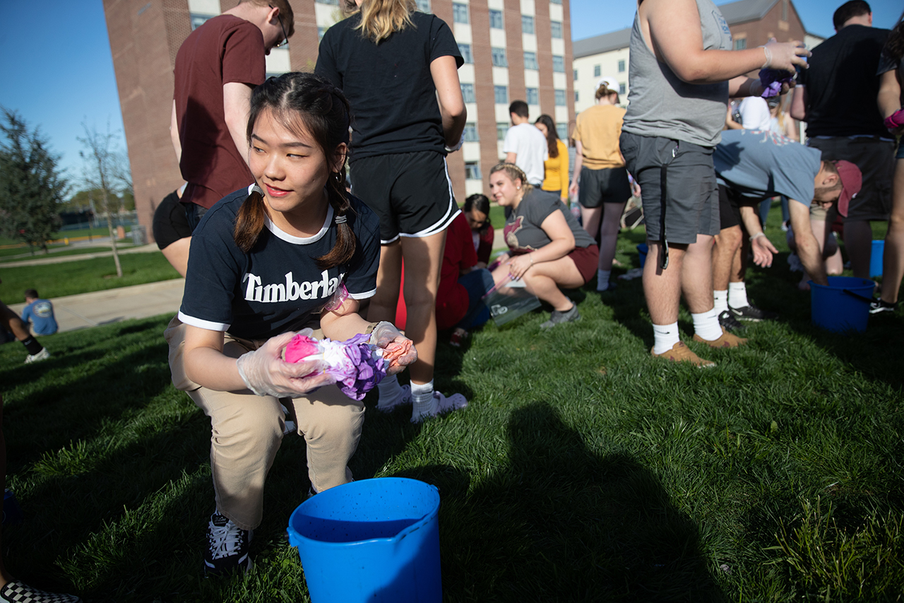 student tie dying a t-shirt